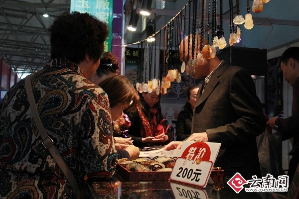 """昆明国际珠宝展最后一天 市民""""淘宝""""忙"""