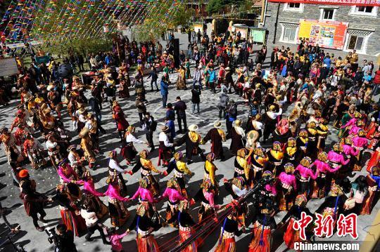 四川理县举办嘉绒藏族若木纽节